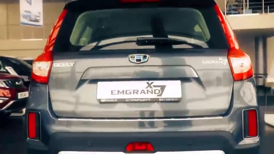 视频:外国美女试驾吉利GX7,打开后备箱坐进内饰才知道啥叫中国制造