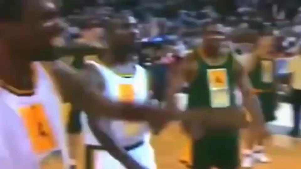 卡特高中时一次即兴扣篮,现役NBA球星中谁还能扣得如此潇洒