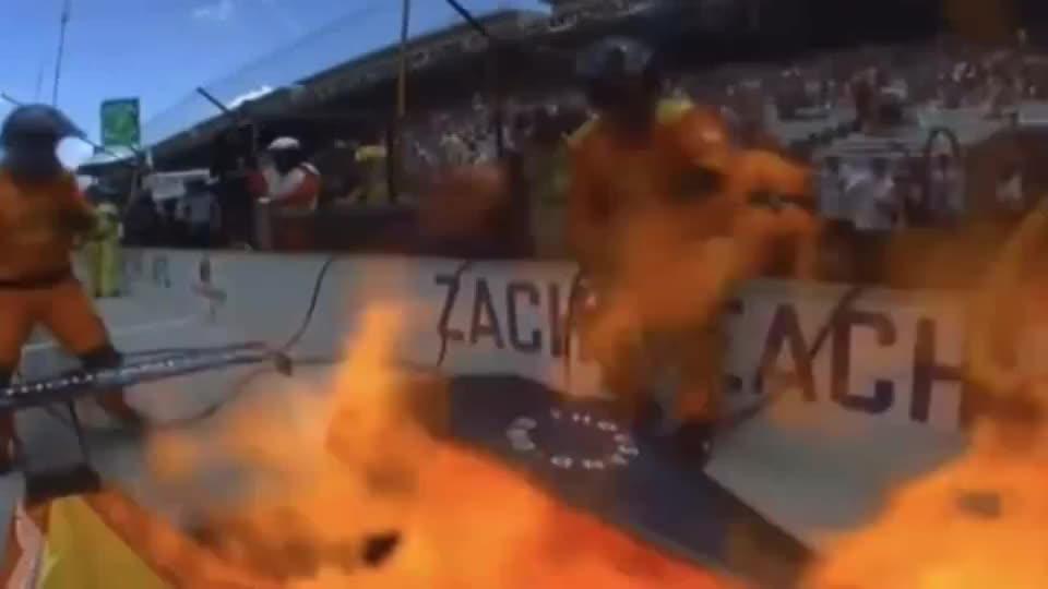 进站后车着火了,车上坚持比赛,果然F1的安全系数是最高的!