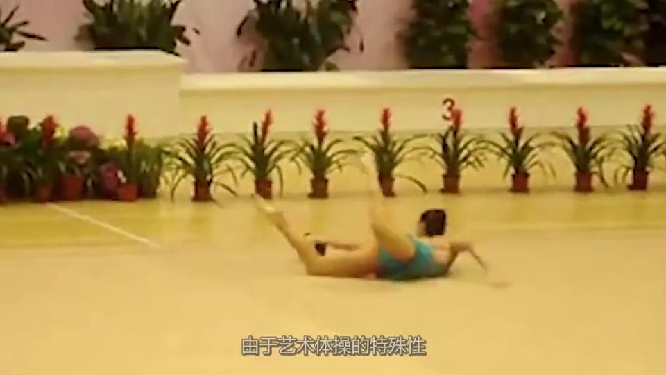 """她是体操界的""""一字马女神"""",走廊高难度动作,竟成为高中物理题"""