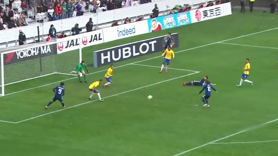 真是失误啊,日本球员不慎滑倒,措施完美传球时机