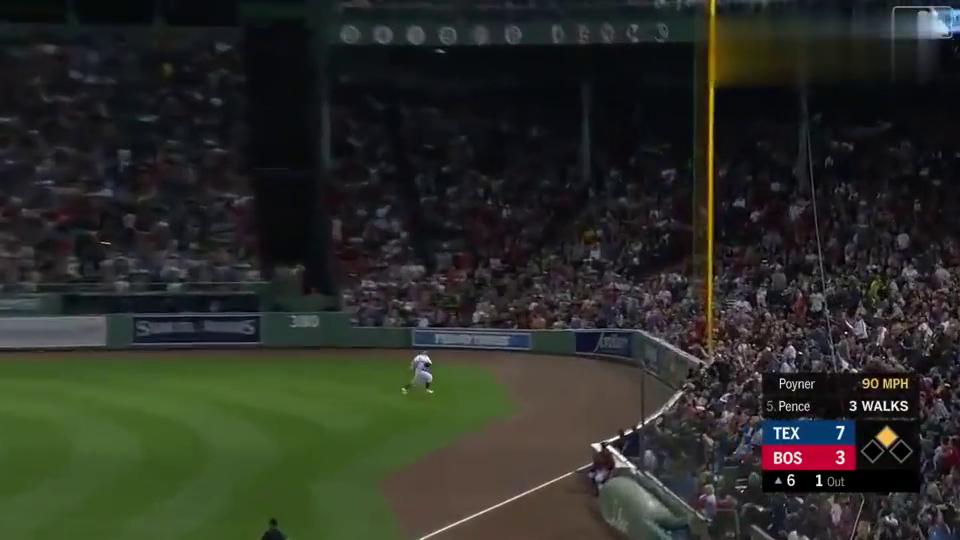 这球弹的方向意料之外,亨特.彭斯毫不客气连跑4个垒包回来