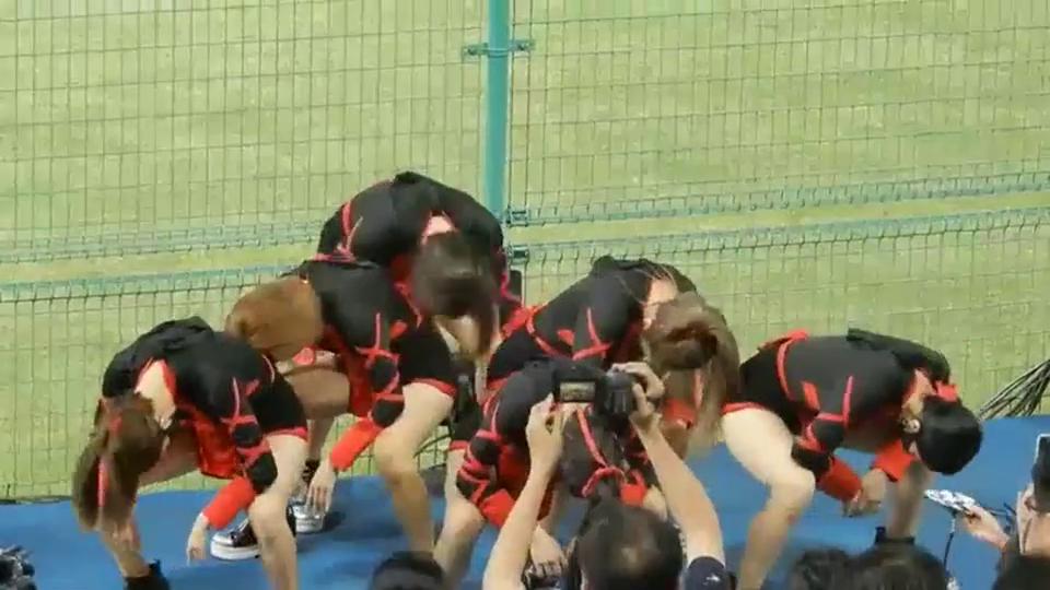 棒球场上的啦啦队表演完全不输篮球场,短裙热舞,为什么戴口罩