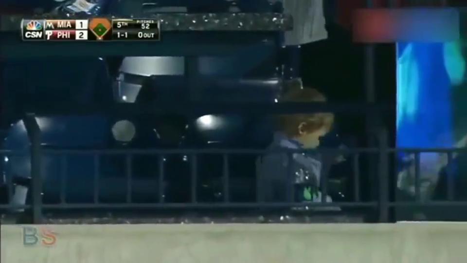 棒球场上的绅士行为,哈哈这也太会撩妹了吧