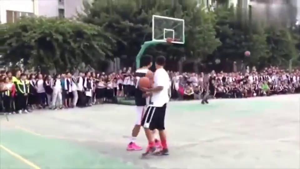 校园篮球:篮球队表演扣篮,这一刻全校的师生都来了