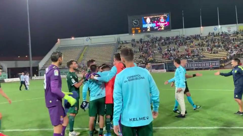 晋级欧联杯正赛,武磊和队友们围圈庆祝