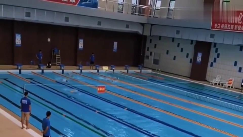 快学游泳:自由泳百米大赛中均因为滚翻而发生名次转变