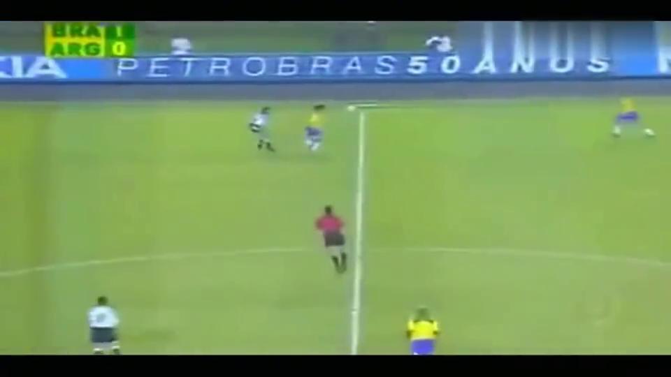 经典一幕!罗纳尔多2秒过掉阿根廷三大战神,天生过人王