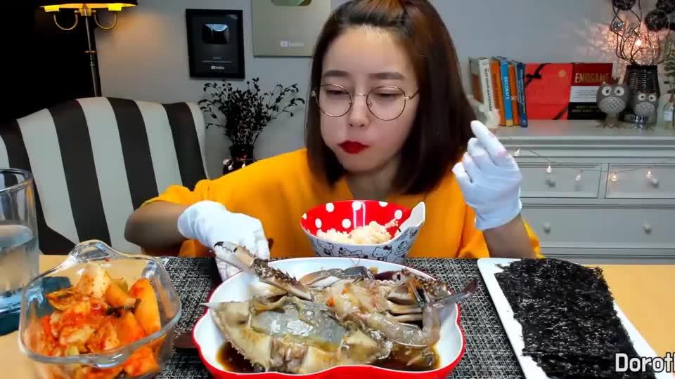 韩国吃播Dorothy多萝西吃酱油蟹,在蟹壳里拌饭吃,吃得特别香!