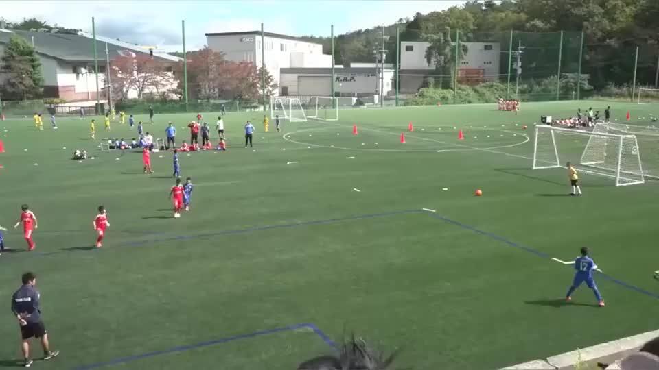 这是中国足球日本小球员根本摸不到球啊……