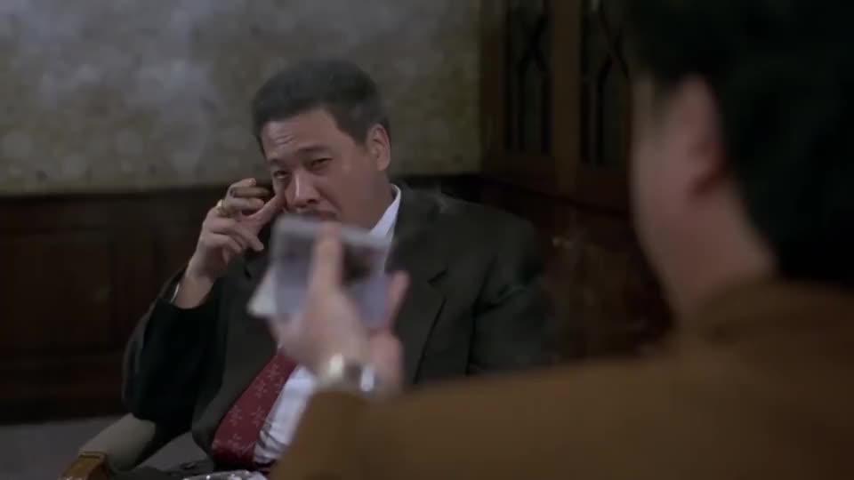 牌霸在吴孟达面前演示千术,吴孟达看后佩服不已,雪茄烟都变香了