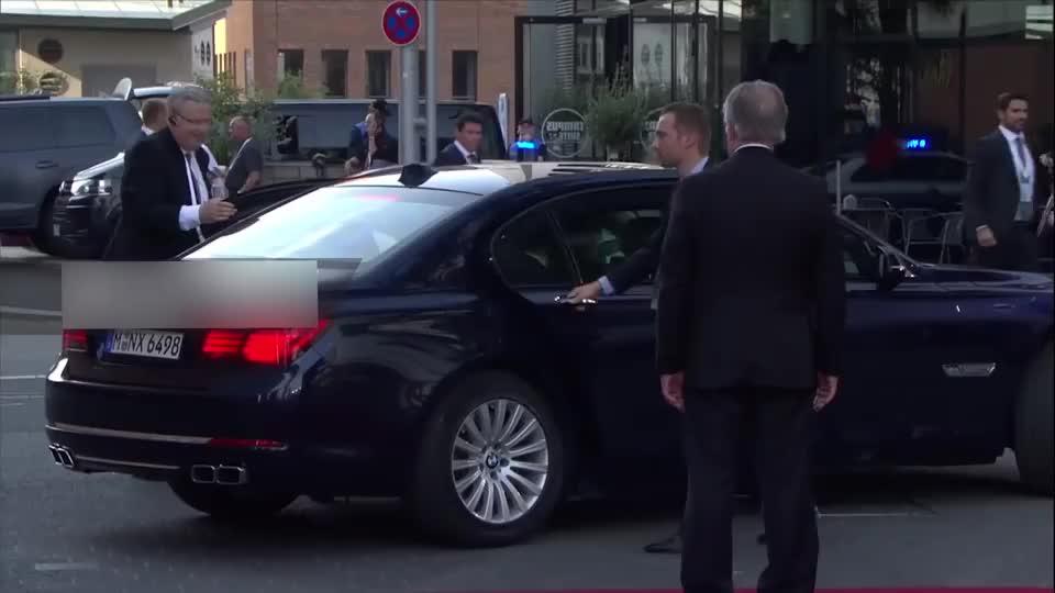 马克龙与妻子坐专车外出,还有保镖亲自开门,这才是总统的风范!