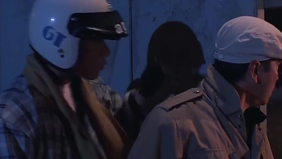 警官为避免张学友拖后腿,一枪托砸下去,让他假扮乞丐