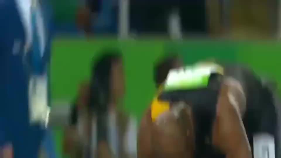经典时刻!牙买加队前三棒落后,博尔特最后一棒逆风翻盘!