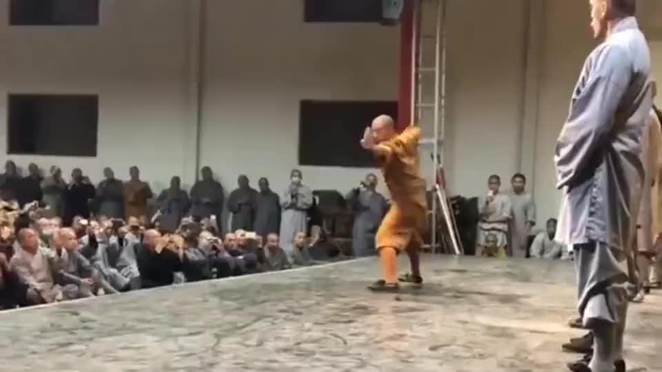 武僧现场演示八极拳,看这架势应该比马保国强吧?