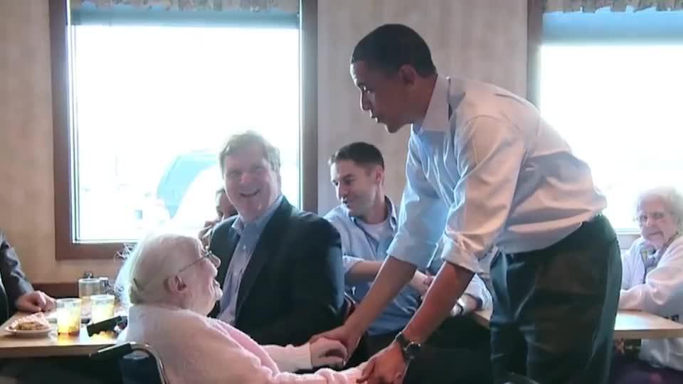 奥巴马总统与一位坐轮椅的老奶奶合照时,还专门蹲了下来!