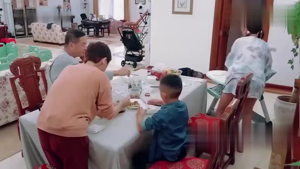 小小春吃饭米粒洒了一桌,惹怒应采儿,突然发飙吓坏hoho!