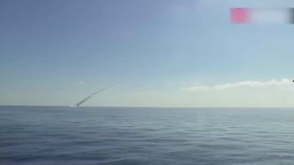 俄潜艇发射巡航导弹,海面上一串长烟