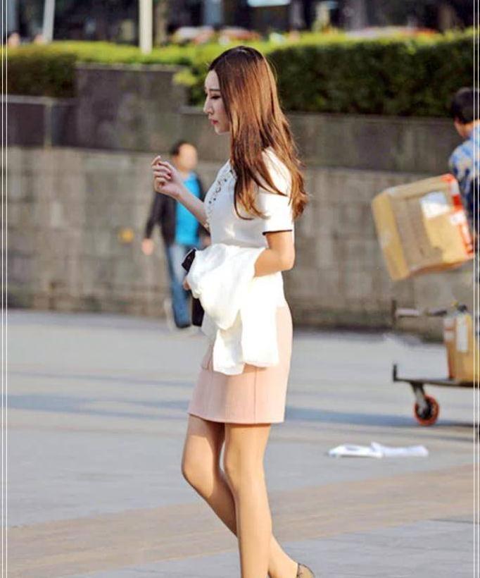 街拍:职场妹子巧搭OL风套装裙,侧脸好有气质