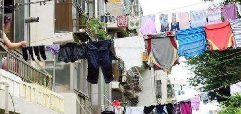 房子装上这种晾衣杆,梅雨天也不怕衣服没地方晾,太聪明了