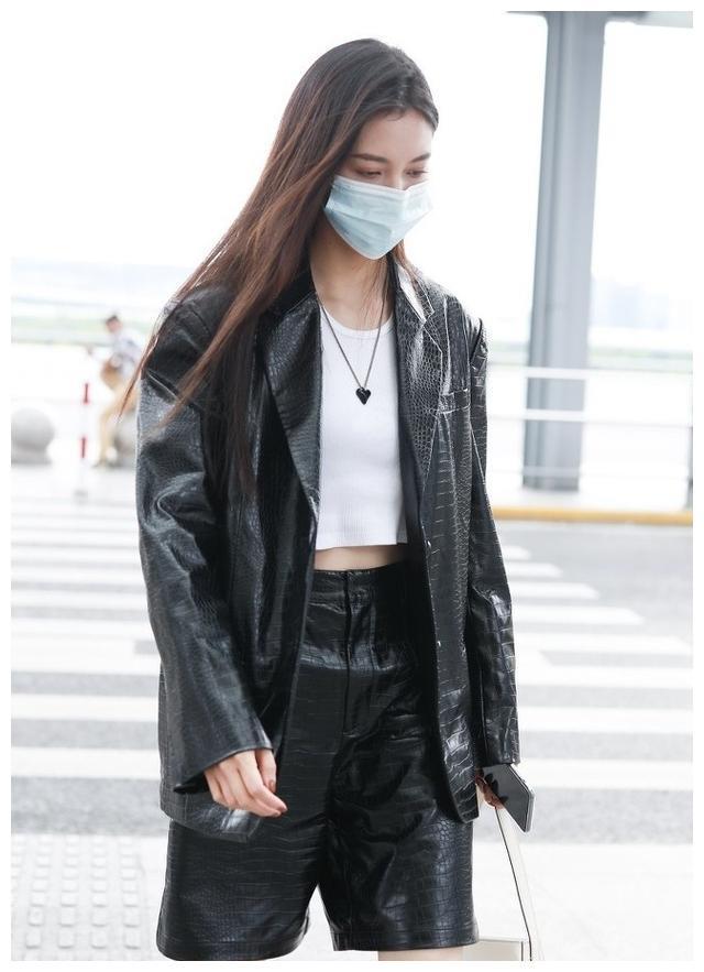 宋妍霏身穿一身皮衣酷帅有型,秀美腿蛮腰,网友:美就是有点热!