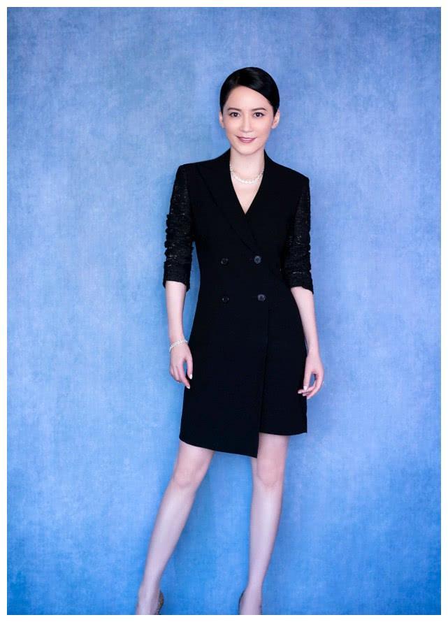 俞飞鸿是有气场低调的女演员,穿着优雅时尚的她,网友没结婚依然