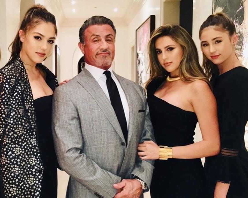 史泰龙陪漂亮女儿打高尔夫,女儿紧身裙秀模特身材,状态令人羡慕