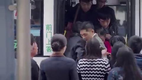 公交车人太多,谁知男保姆竟跟美女雇主被挤到一起,气氛有些微妙