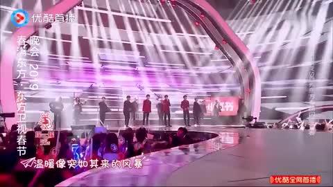 TFBOYS欢唱《Heart》闪耀全场,神采飞扬展现青春活力