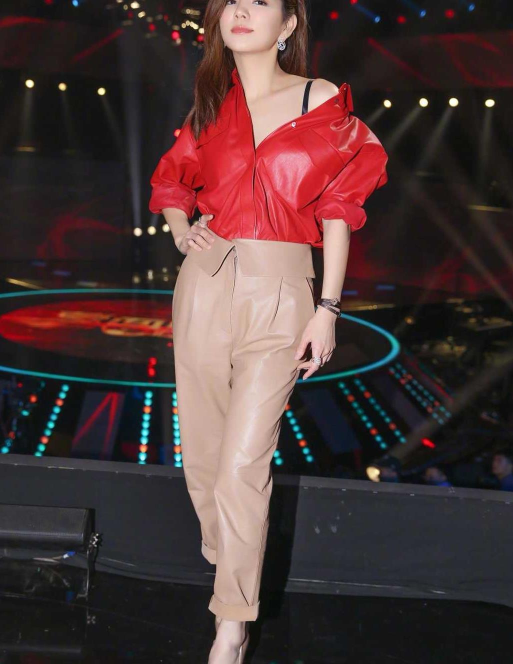 Ella陈嘉桦太会穿了,红色皮衣配奶茶色皮裤,不俗反而很高级