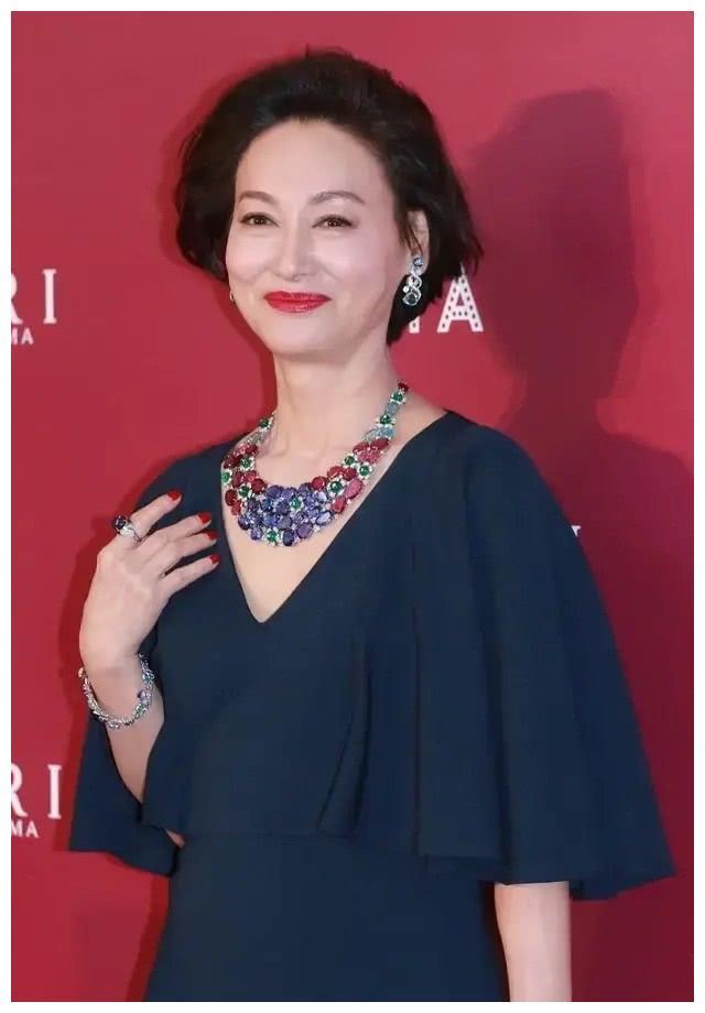 60岁惠英红真服老,穿藏蓝色礼服优雅大气,自然老去的样子真美
