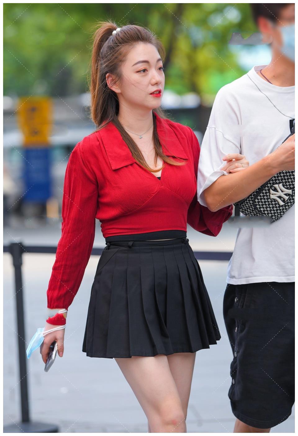黑色百褶裙该如何选择上衣, 红色长袖衫是个不错的选择