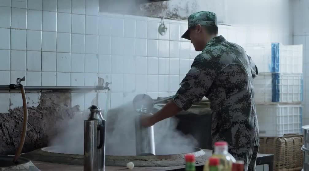 神犬奇兵:小伙肚子饿,去连队厨房找吃的,竟然只得到了压缩饼干