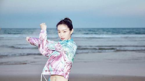 宋轶海边玩耍,穿运动装尽展小蛮腰,身材好就是可以这么任性!
