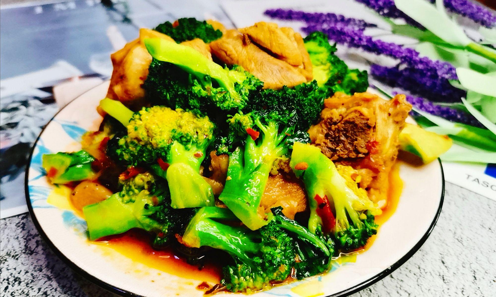火锅味的鸡腿肉烧西兰花,肉质鲜嫩,微辣鲜香,好吃又入味