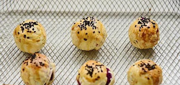 蛋黄酥最简单的做法,无需揉面就搞定,甜咸搭配,比肉都香