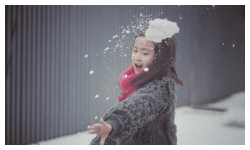 7岁黄少艾又穿皮草,深灰色皮草系红色围巾雪中玩耍,俏皮贵气