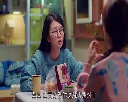 樊胜美提着一堆奢侈品回到出租屋,还嘲笑室友们的晚饭,真能装