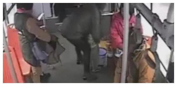 """公交车上,妈妈带孩子到垃圾桶小便被骂""""没素质"""",宝妈委屈大哭"""