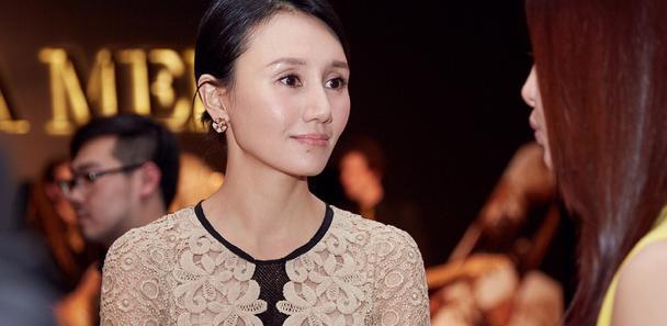 """袁泉真是""""天生丽质"""",穿这么老气的蕾丝裙照样很美,气质好高级"""
