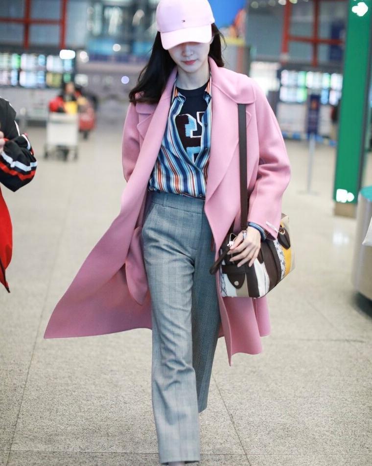 江疏影气场十足,穿粉色大衣搭配西裤走机场干练时髦,女神范十足