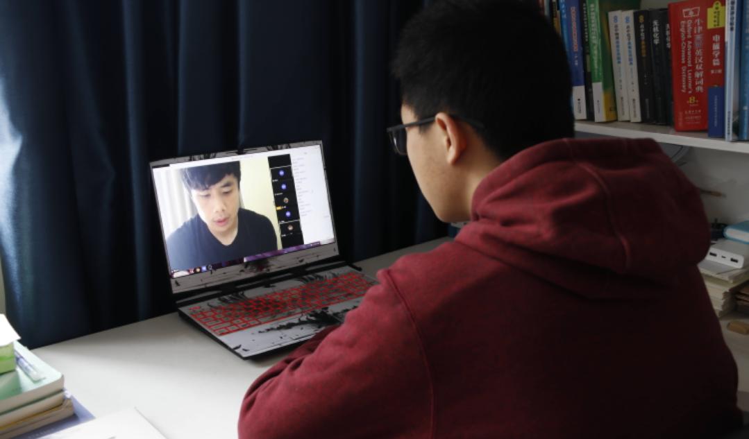 蒿俊闵、张稀哲与刘彬彬给华中科技大学的大学生进行线上体育课