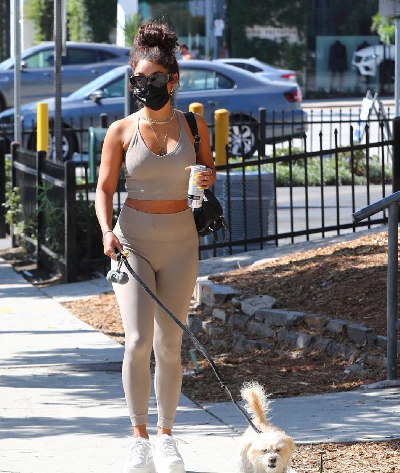 身材完美!凡妮莎·哈金斯和好友还有爱犬Darla在西好莱坞新街拍