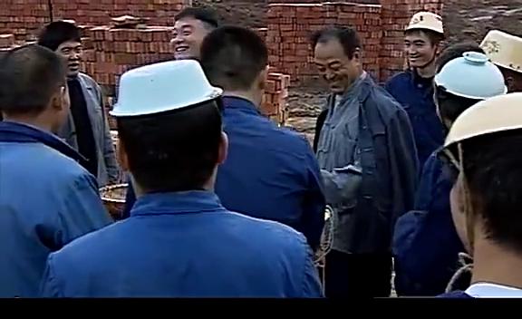 这建筑队里的安全帽真是世界上独一无二的