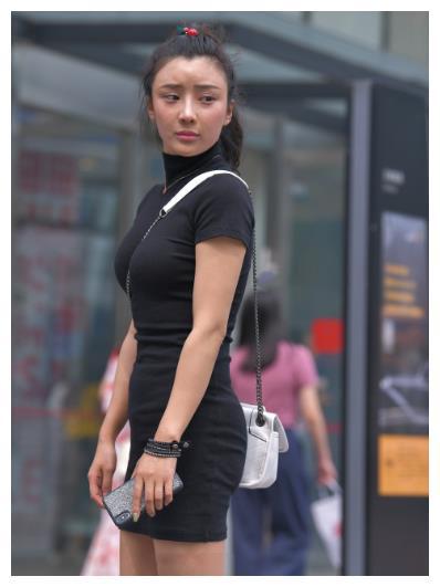黑色修身连体裙搭配白色包包, 时尚精致, 简约大方