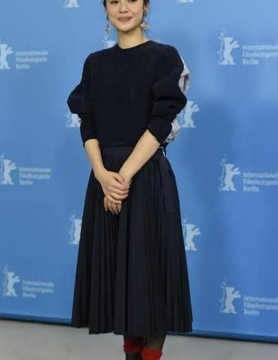 周韵的美很淡雅,深蓝卫衣配同色半裙,挽起衣袖扎丸子头从容优雅