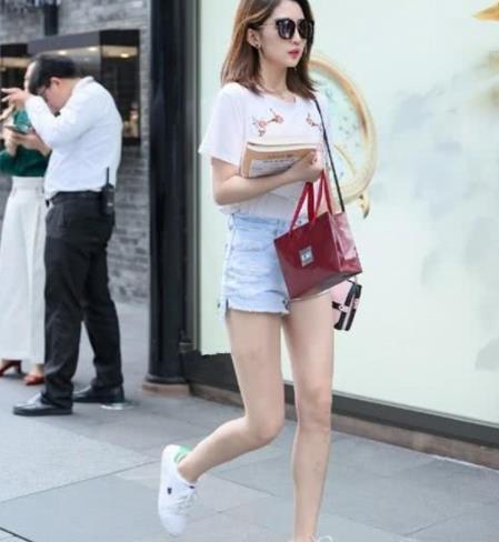 街拍美图:时尚飘逸的小姐姐,穿搭紧身,魅力范儿十足!