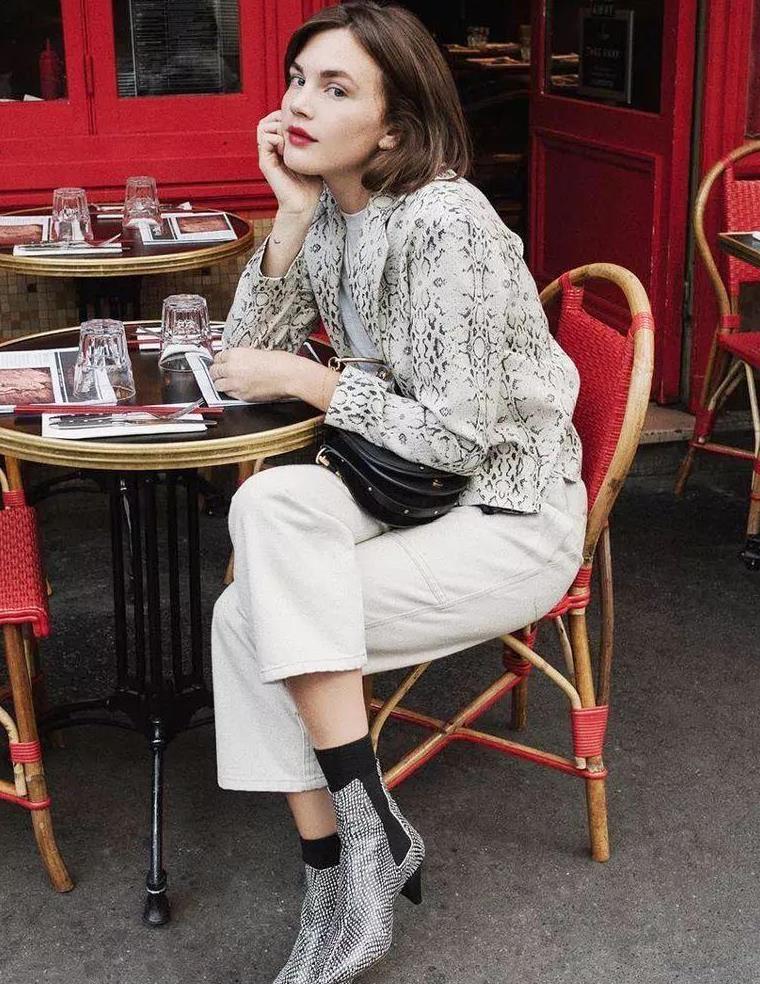 """秋冬搭短靴的裤装哪家强?简约时尚又职业,这条""""小白裤""""办到了"""
