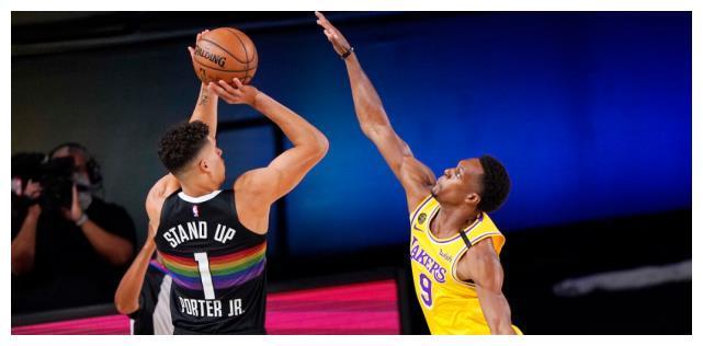 詹姆斯在第一节同样拿到了10分的数据,提上首发的霍华德拿到了8分8篮板的全能数据