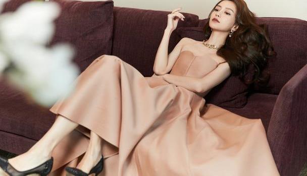 杨颖与生俱来的端庄好高级,浅咖长裙绸缎缠身,不显邋遢反而高贵